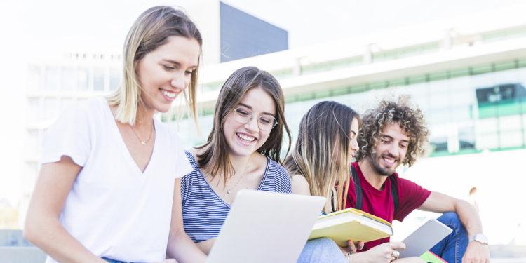 A medida que explora las universidades, aprenderá sobre diferentes tipos de facultades o universidades. Público o privado es una forma en que las universidades se definen a sí mismas.